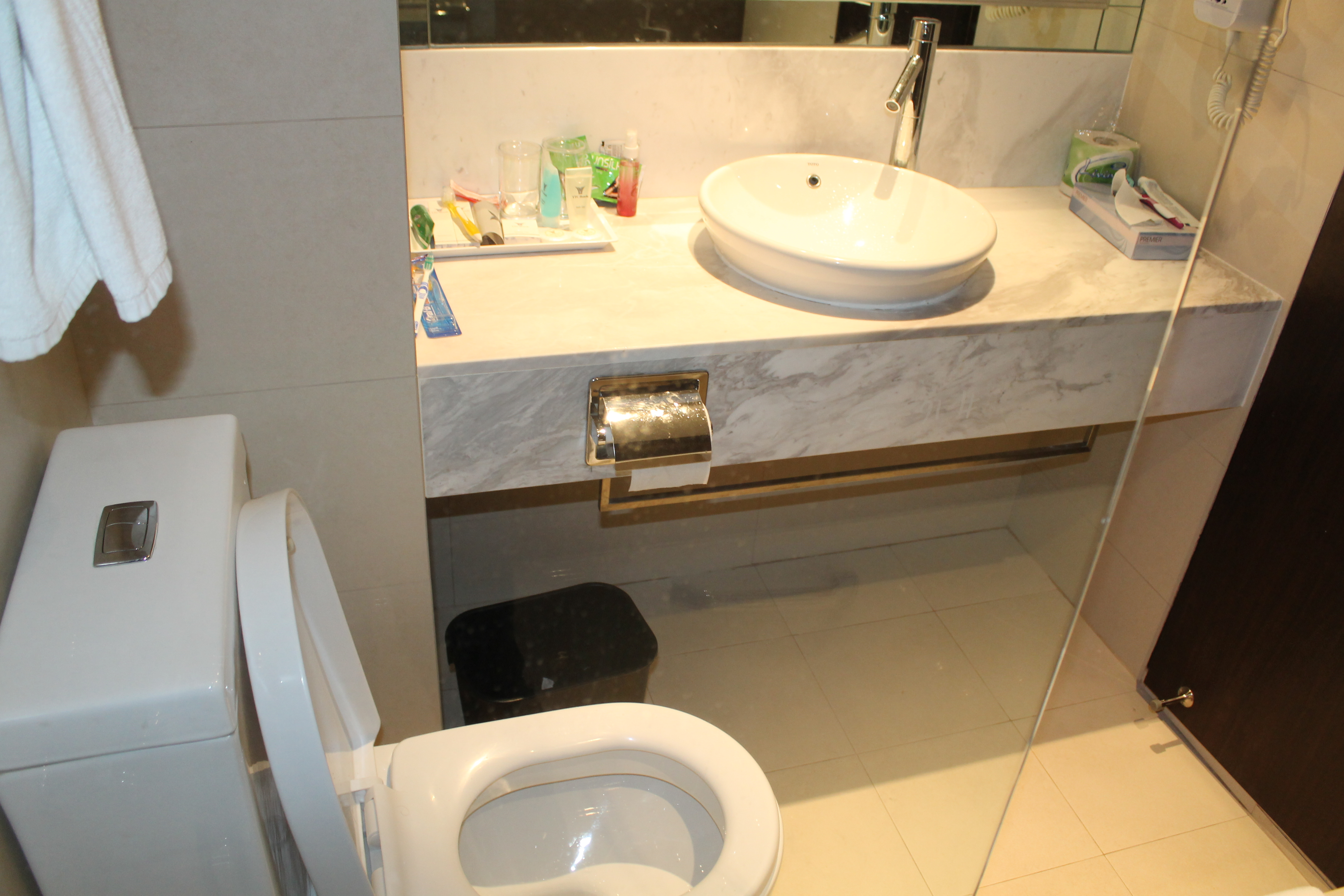 Peninsula excelsior hotel singapore the safari street by mj for Bathroom sink singapore